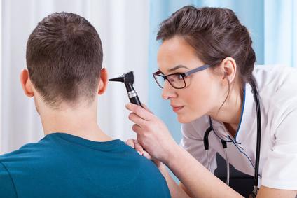 Ärzt untersucht Ohr