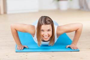 Frau auf Gymnastikmatte