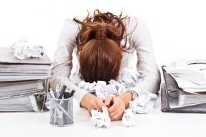 Frau im Büro gestresst