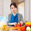 Frau kocht vegitarisch