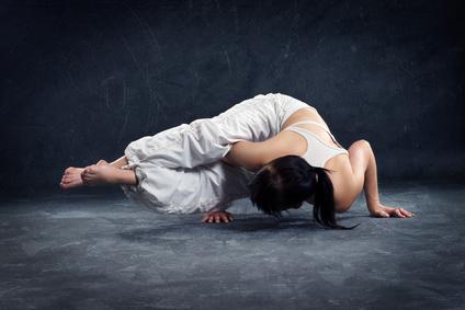 Frau beim Power Yoga