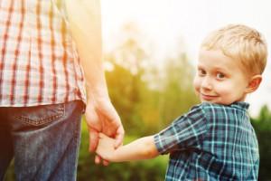 gesundes Kind mit Eltern