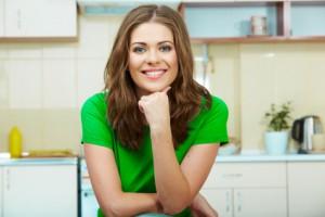 Junge Frau in Küche