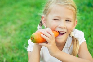 Kind isst Vitamine