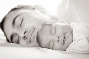 Mann Baby Schlaf