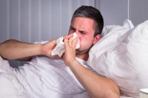 Mann mit Allergie im Bett