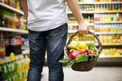 Mann in Supermarkt