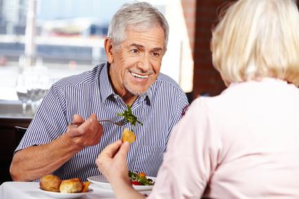 Mann isst gesund