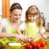 Mutter und Kind kochen
