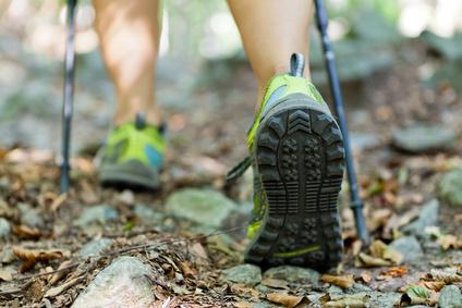 Nordic Walking: Die richtigen Schuhe und Stöcke