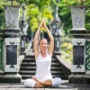 Frau beim Yoga im Garten