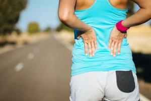 Sportlerin mit verspannten Rücken