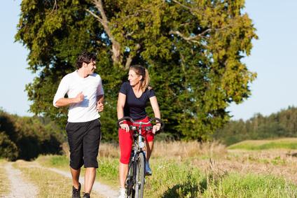 Sportpaar Fahrrad Joggen
